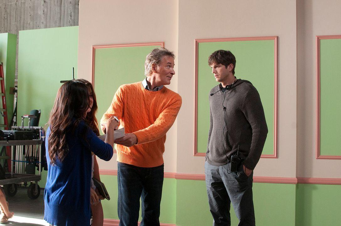 Adam (Ashton Kutcher, r.) wendet sich hilfesuchend an seinen Vater (Kevin Kline, 2.v.r), der ist jedoch schwer mit seinen Fans beschäftigt. - Bildquelle: Dale Robinette 2011 DW Studios LLC. All Rights Reserved.