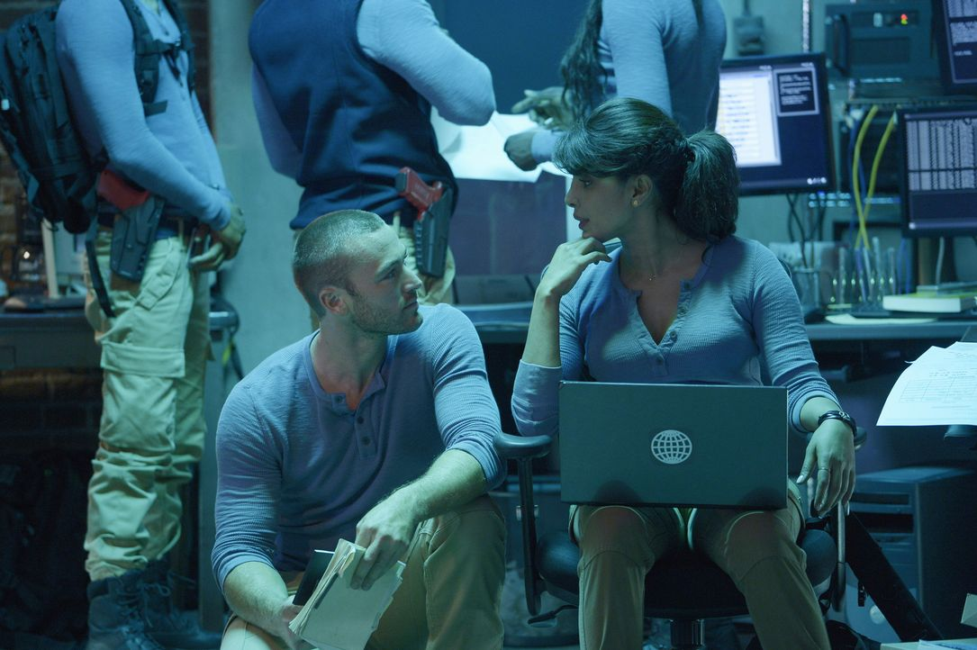 Ryan (Jake McLaughlin, l.) und Alex (Priyanka Chopra, r.) wurden damit beauftragt, eine Nadel im Heuhaufen zu finden, während sie gleichzeitig nach... - Bildquelle: 2015 ABC Studios