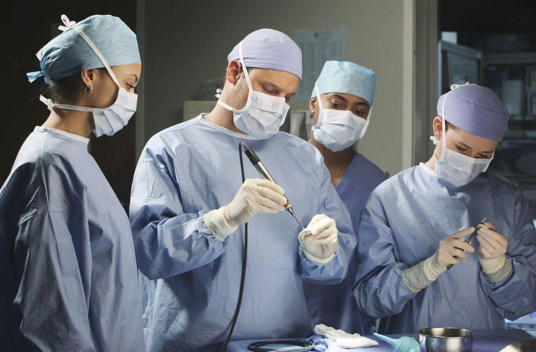 Im Krankenhaus schwirren Erstsemester herum, die den Ärzten für einen Tag zugeteilt sind, um etwas zu lernen: April (Sarah Drew, r.) und Alex (Jus... - Bildquelle: ABC Studios