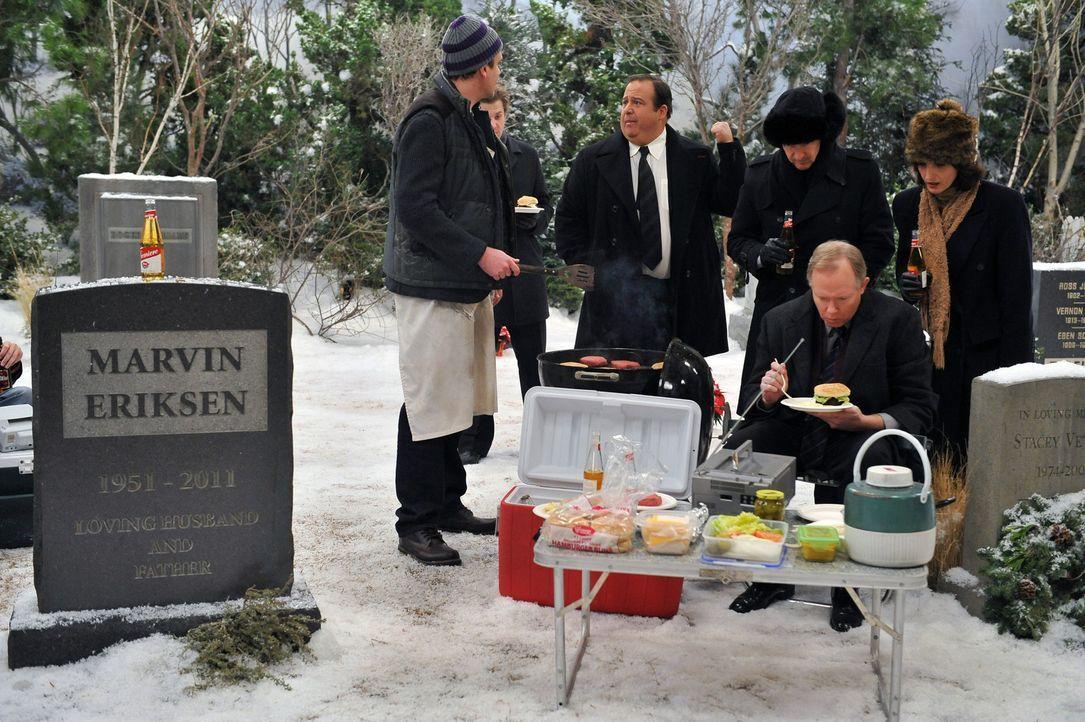 Nach der Silvesterfeier besucht Marshall (Jason Segel, l.) das Grab seines Vaters und versucht die Erinnerung an ihn mit einem traditionellen Pickni... - Bildquelle: 20th Century Fox International Television