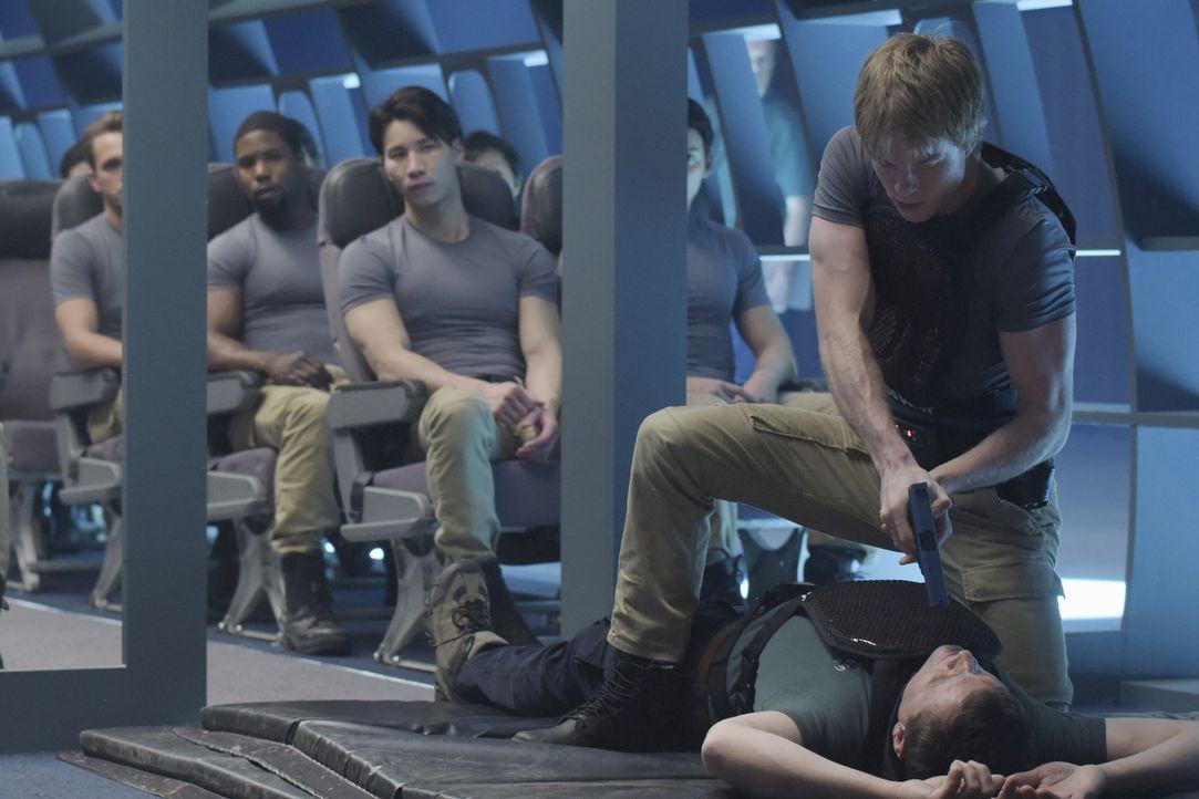 Die Rekruten müssen sich bei einer neuen Aufgabe, einer Flugzeugentführung, beweisen: Caleb (Graham Rogers, oben) ... - Bildquelle: Philippe Bosse 2015 ABC Studios