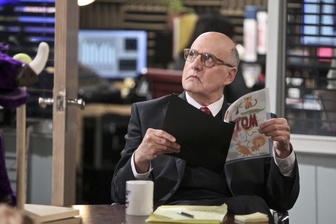 Mr. Dolan (Jeffrey Tambor) braucht eine Fernsehsendung, um frühmorgens mit seiner zweiten Frau rumfummeln zu können, aber das, ungestört von seinem... - Bildquelle: 2013 CBS Broadcasting, Inc. All Rights Reserved.
