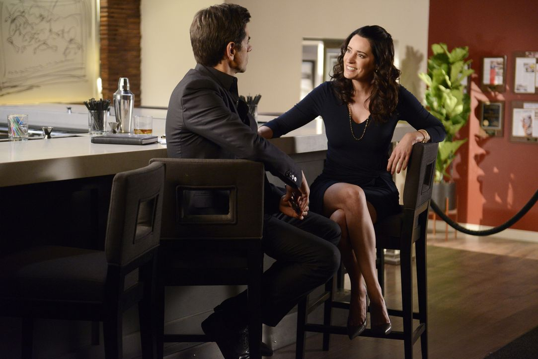 Sara (Paget Brewster, r.) wird vor eine schwere Entscheidung gestellt, als Craig sie darum bittet, mit ihm zusammenzuziehen. In der Zwischenzeit hat... - Bildquelle: Jordin Althaus 2016 ABC Studios. All rights reserved.