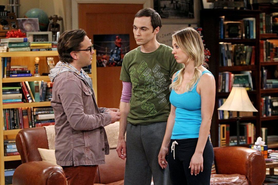 Sheldon (Jim Parsons, M.) versucht, sich zu entspannen, da er gezwungen wurde, Urlaub zu nehmen. Währenddessen tut sich Leonard (Johnny Galecki, l.)... - Bildquelle: Warner Brothers