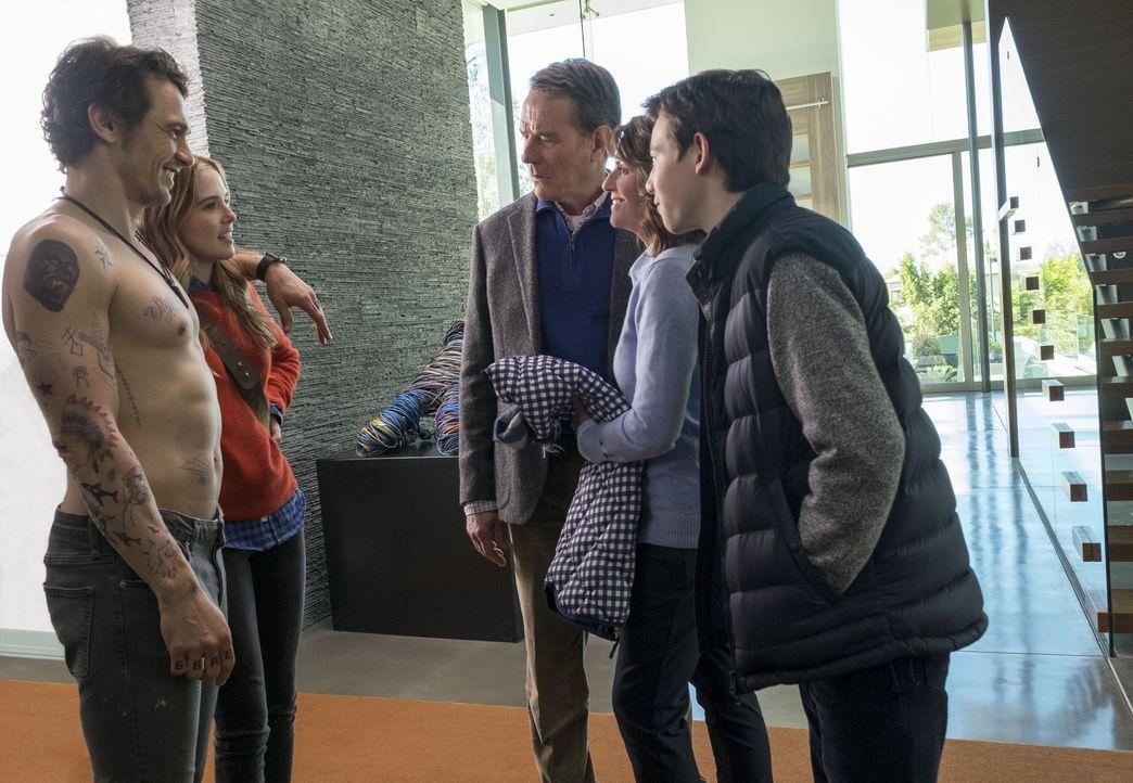 Als Ned (Bryan Cranston, M.), Barb (Megan Mullally, 2.v.r) und Scotty (Griffin Gluck, r.) nach Kalifornien reisen, um Stephanie (Zoey Deutch, 2.v.l.... - Bildquelle: Scott Garfield TM &   2016 Twentieth Century Fox Film Corporation. All Rights Reserved. Not for sale or duplication./ Scott Garfield