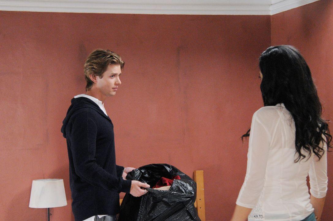Als Zoila herausbekommt, dass Genevieve Valentina (Edy Ganem, r.) heimlich hilft, Remi (Drew Van Acker, l.) näherzukommen, reagiert sie wütend mit A... - Bildquelle: ABC Studios