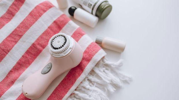 Ein mechanisches Peeling ist vor allem ideal für unreine und ölige Haut