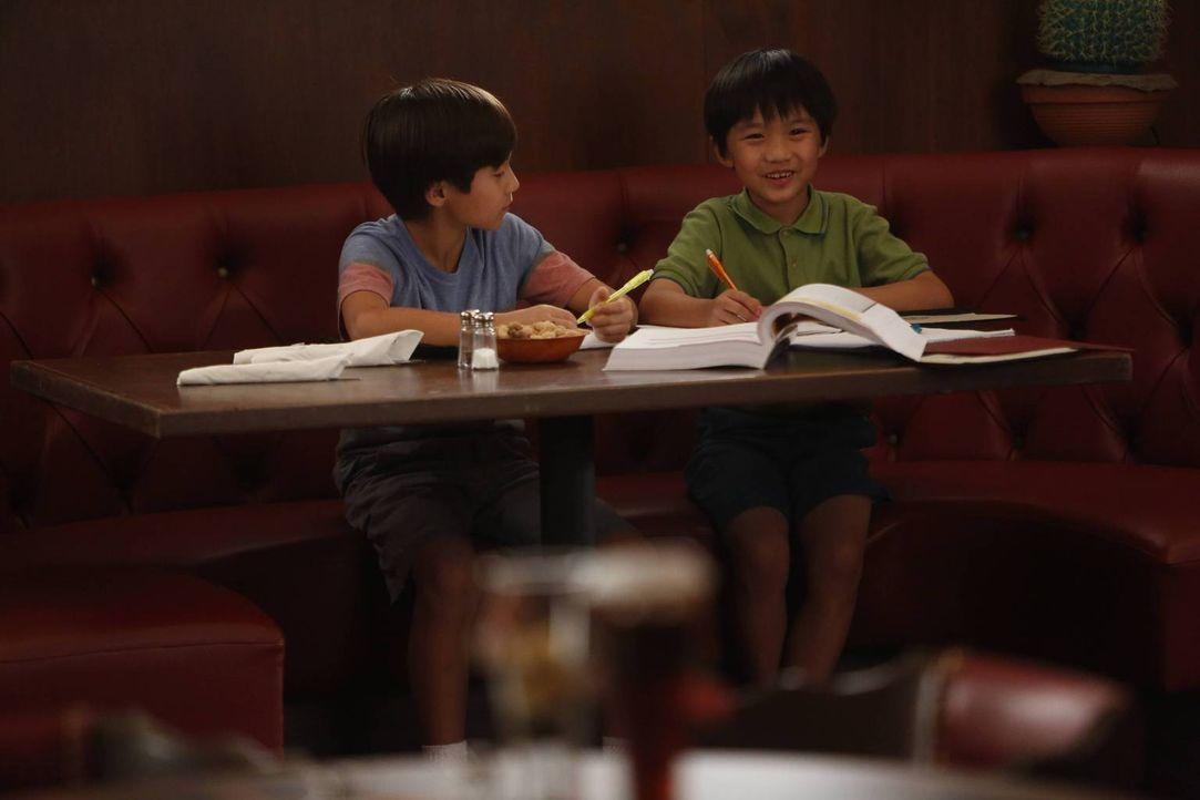 Wegen Eddie müssen sie sich einem Heimunterricht mit ihrer Mutter unterziehen: Emery (Forrest Wheeler, l.) und Evan (Ian Chen, r.) ... - Bildquelle: 2015 American Broadcasting Companies. All rights reserved.