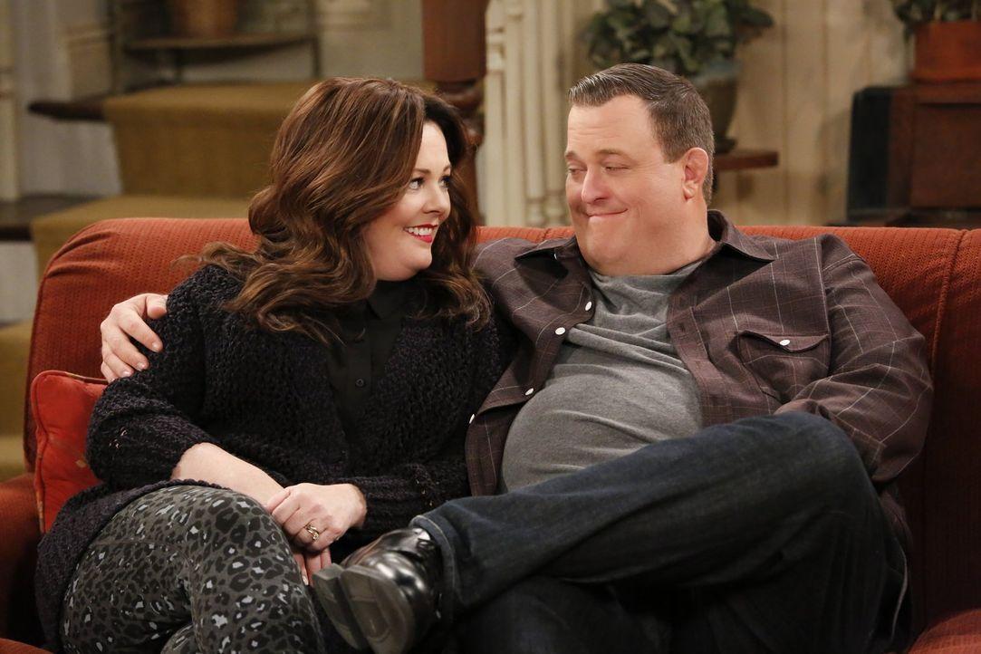 Als Molly (Melissa McCarthy, l.) und Mike (Billy Gardell, r.) herausfinden, dass Frannie eine Schwester hat, glauben sie, dass diese Frannie nach de... - Bildquelle: Warner Brothers