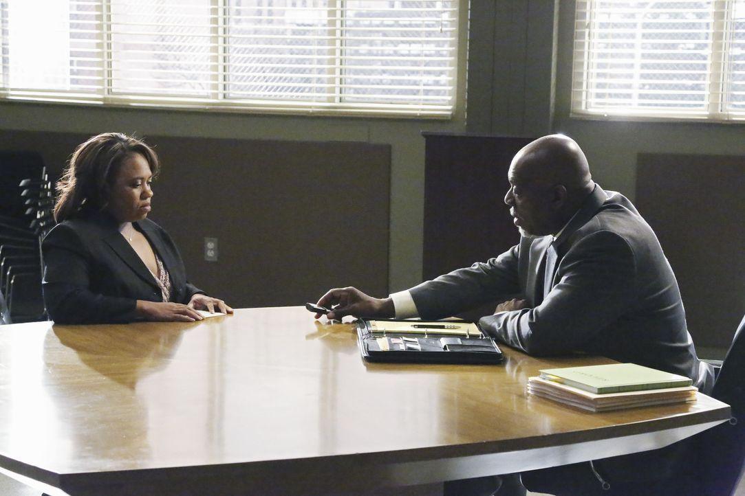 Bailey (Chandra Wilson, l.) wird von einem Ermittler des CDC (Thom Barry, r.) ausgiebig über ihre letzten drei Behandlungen verhört. Sie wird für... - Bildquelle: ABC Studios