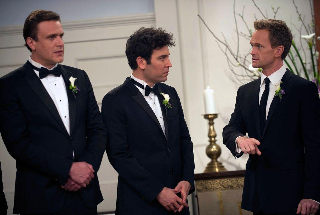 Barney (Neil Patrick Harris, r.) wird von seinen zwei besten Freunden Marshall (Jason Segel, l.) und Ted (Josh Radnor, m.) an seinem Hochzeitstag un... - Bildquelle: 2014 Twentieth Century Fox Film Corporation. All rights reserved.
