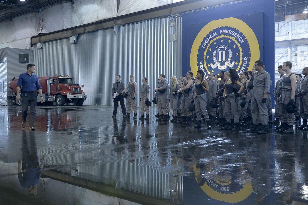 Hat für die Rekruten eine ganz besondere Fahrstunde vorbereitet: Liam (Josh Hopkins, l.) ... - Bildquelle: Philippe Bosse 2015 ABC Studios