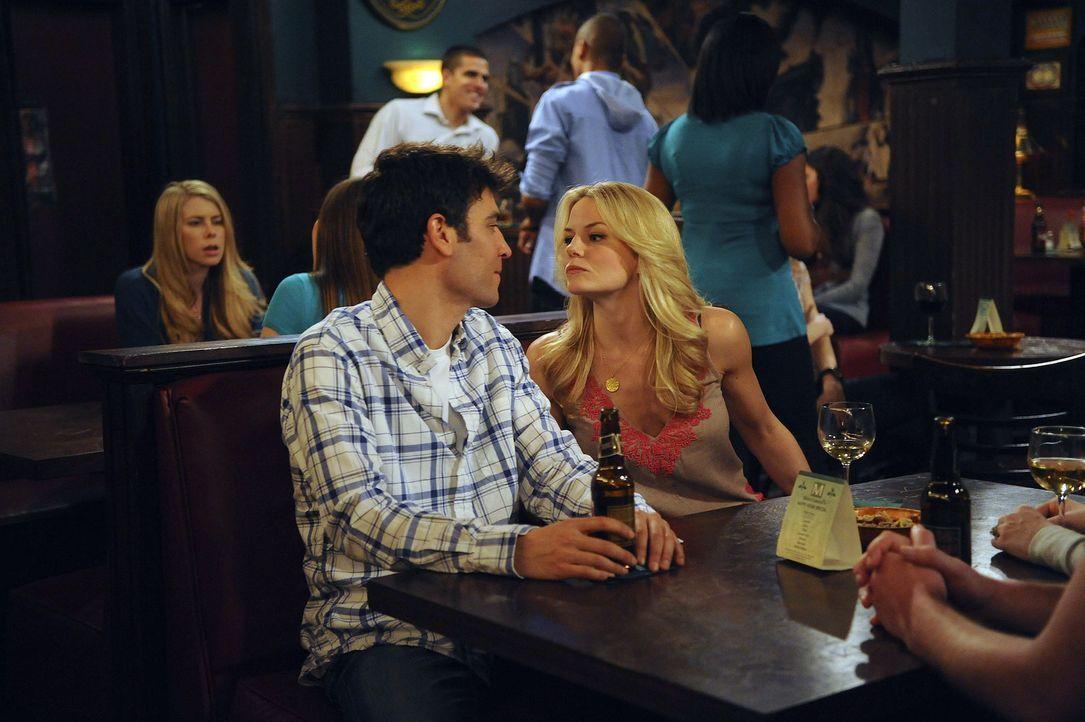 Sind noch glücklich miteinander: Zoey (Jennifer Morrison, r.) und Ted (Josh Radnor, l.) ... - Bildquelle: 20th Century Fox International Television