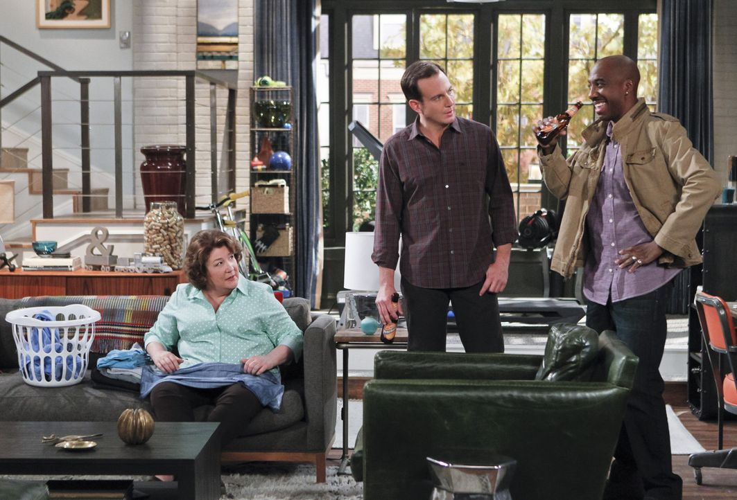 Erzählen Carol (Margo Martindale, l.) von ihrer Aufgabe, eine eigene Kindersendung zu entwickeln: Nathan (Will Arnett, M.) und Ray (J.B. Smoove, r.)... - Bildquelle: 2013 CBS Broadcasting, Inc. All Rights Reserved.