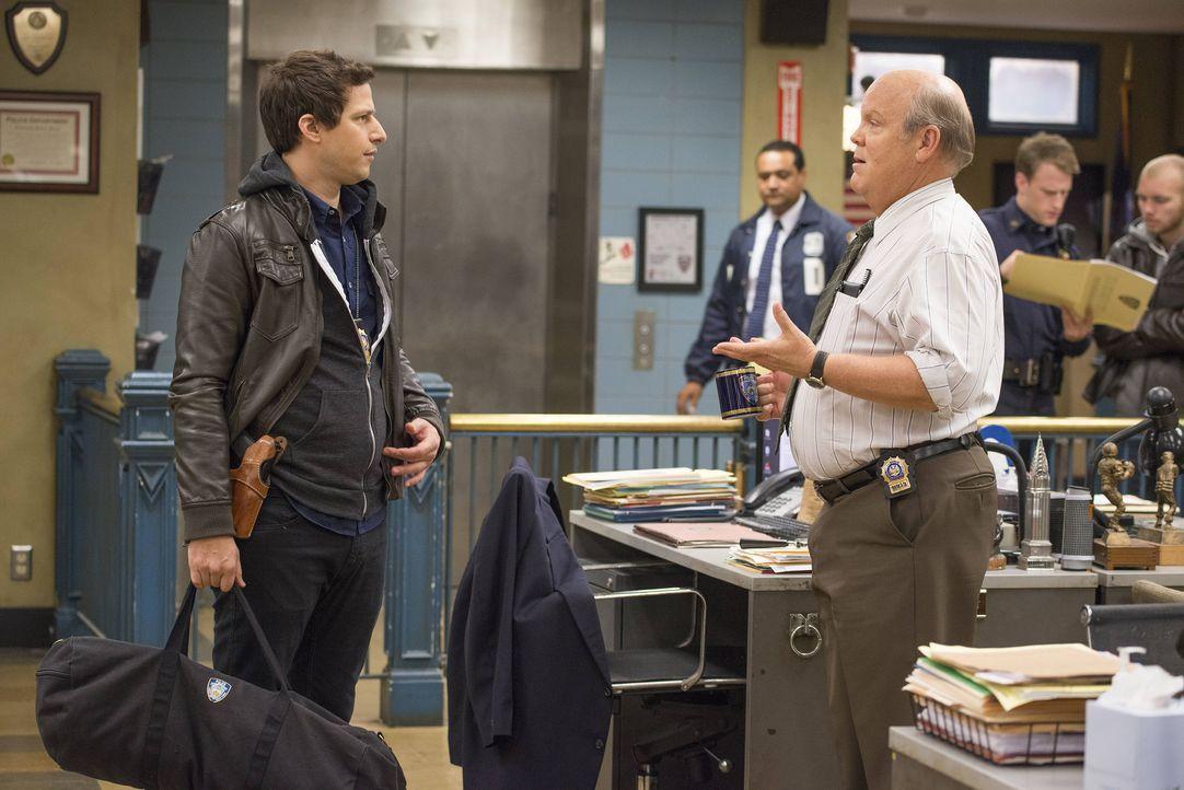 Jake Peralta (Andy Samberg, l.); Hitchcock (Dirk Blocker, r.) - Bildquelle: Erica Parise 2014 UNIVERSAL TELEVISION LLC. All rights reserved / Erica Parise
