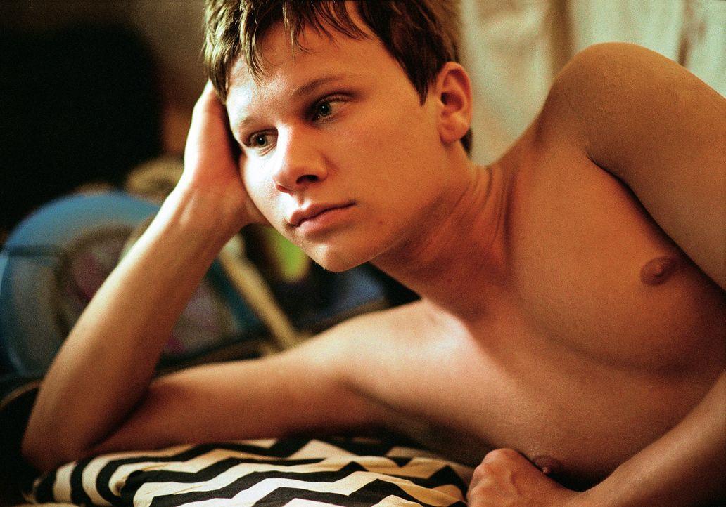 Als sich die attraktive Anke an ihn heranmacht, wird Tobi (Robert Stadlober) klar, dass er Gefühle für seinen besten Freund Achim hat, die weit ü... - Bildquelle: Marco Nagel