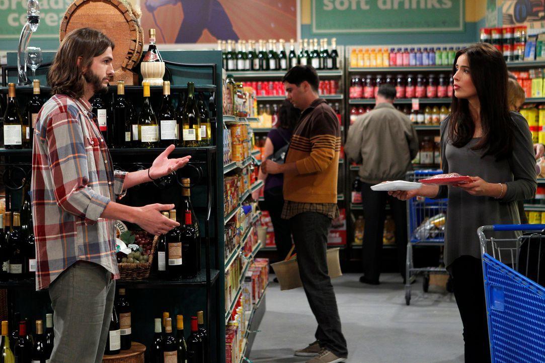 Während Alan mal wieder in Geldnot ist, lernt Walden (Ashton Kutcher, l.) beim Einkaufen die hübsche Engländerin Zoey (Sophie Winkleman, r.) kennen... - Bildquelle: Warner Brothers Entertainment Inc.