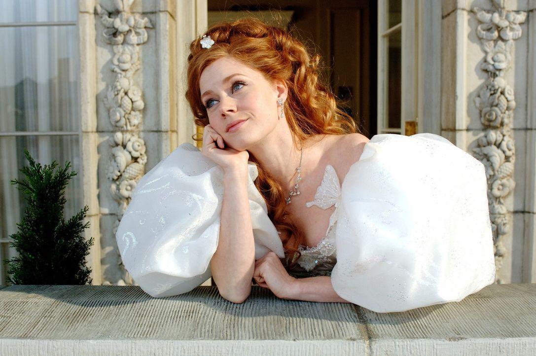 Ausgerechnet am Tag ihrer Hochzeit wird die schöne Märchenprinzessin Giselle (Amy Adams) von ihrer Schwiegermutter in spe, der bösen Königin Narissa... - Bildquelle: Barry Wetcher Disney. All rights reserved