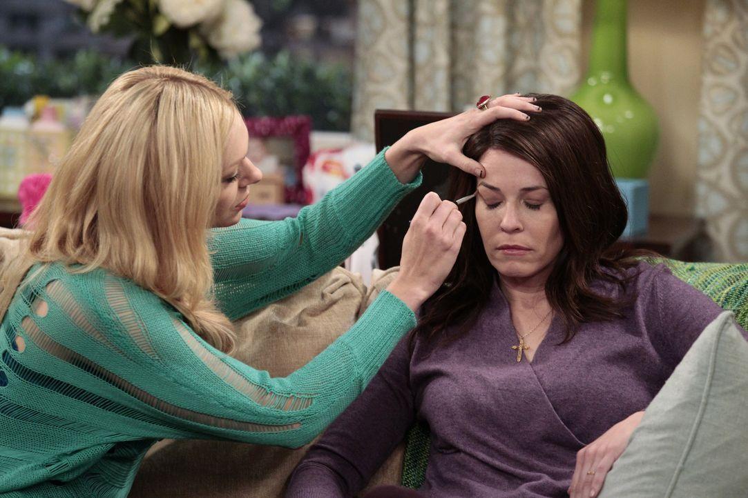 Chelsea (Laura Prepon, l.) plant eine Überraschungsparty für den Geburtstag ihrer Schwester Sloane (Chelsea Handler, r.) ... - Bildquelle: Warner Bros. Television