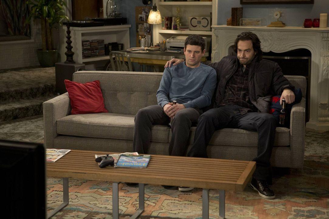 Versöhnen sich Danny (Chris D'Elia, r.) und Justin (Brent Morin, l.) trotz ihrer Rivalität? - Bildquelle: Warner Brothers