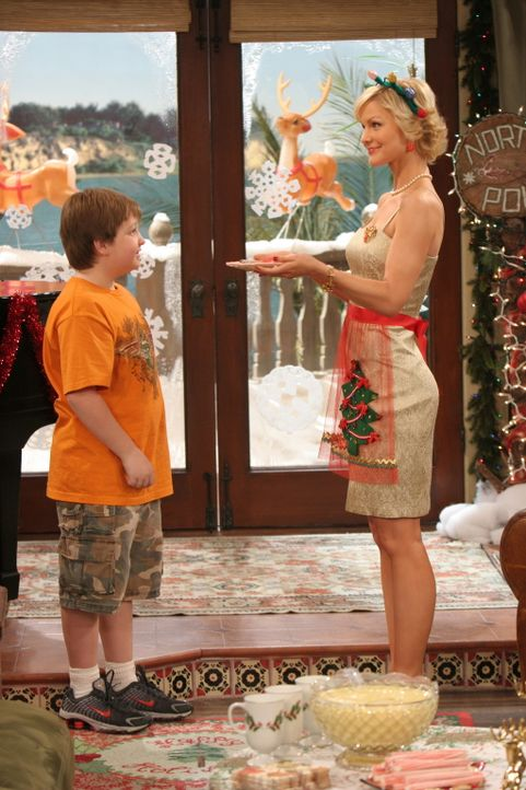 Sandy (Josie Davis, r.) verwöhnt alle mit ihren Kochkünsten. Auch Jake (Angus T. Jones, l.) lässt sich von diesen einnehmen ... - Bildquelle: Warner Brothers Entertainment Inc.