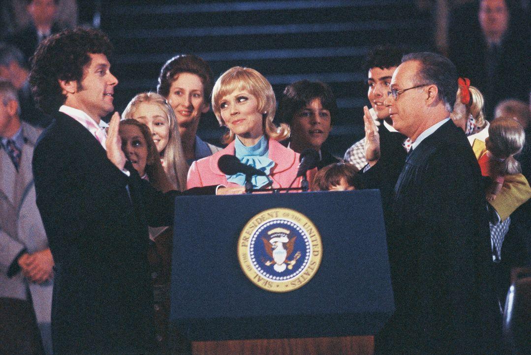 Mike (Gary Cole, l.) legt vor den Augen seiner Frau Carol (Shelley Long, M.), seiner ganzen Familie und dem amerikanischen Volk den Amtseid ab. Doch... - Bildquelle: TM &   2002 by Paramount Pictures. All Rights Reserved.