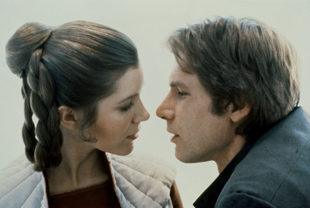 Als der Eisplanet von imperialen Sturmtruppen angegriffen wird, müssen Prinzessin Leia (Carrie Fisher, l.) und Han Solo (Harrison Ford, r.) flücht... - Bildquelle: Lucasfilm LTD. & TM. All Rights Reserved.