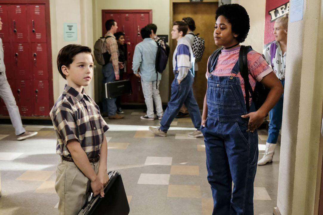 Die ältere Libby (Anjelika Washinton, r.) weiht Sheldon (Iain Armitage, l.) in ein neues Wissenschaftsfeld ein ... - Bildquelle: Warner Bros. Television
