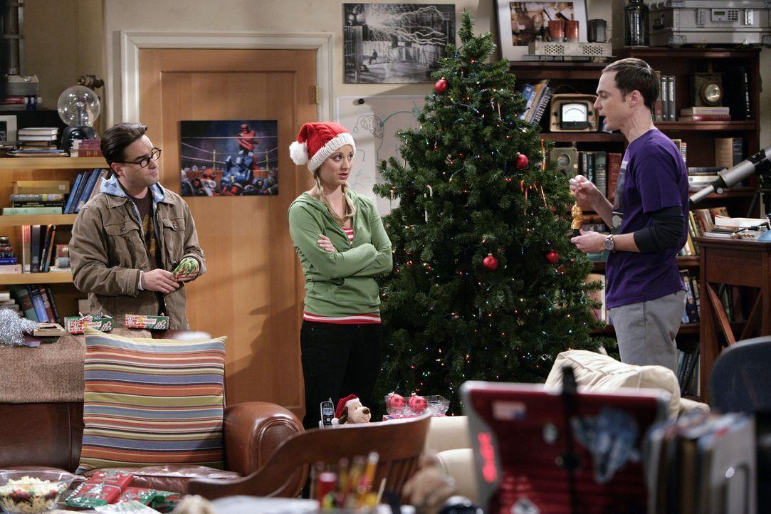 Während Penny (Kaley Cuoco, M.) und Leonard (Johnny Galecki, l.) den Weihnachtsbaum schmücken und Sheldon (Jim Parsons, r.) erklärt, warum er Wei... - Bildquelle: Warner Bros. Television