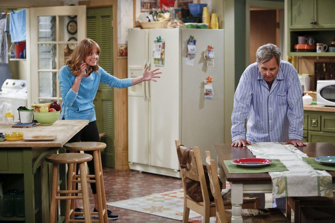 Die Unselbständigkeit ihres Vaters (Beau Bridges, r.) bringt Debbie (Jayma Mays, l.) zur Verzweiflung ... - Bildquelle: 2013 CBS Broadcasting, Inc. All Rights Reserved.