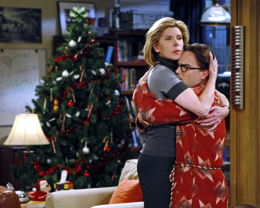 Ein Abend mit vielen Überraschungen: Beverly (Christine Baranski, l.) und Leonard (Johnny Galecki, r.) ... - Bildquelle: Warner Bros. Television
