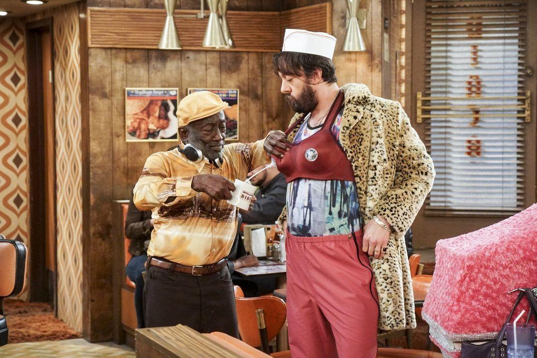 Earl (Garrett Morris, l.) ist begeistert, wie weit Oleg (Jonathan Kite, r.) geht, um eine bessere Beziehung zu seiner Tochter aufbauen zu können ... - Bildquelle: Warner Bros. Television