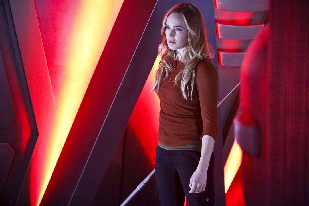 Wird das Schiff nicht kampflos den Piraten überlassen: Sara (Caity Lotz) ... - Bildquelle: 2015 Warner Bros.