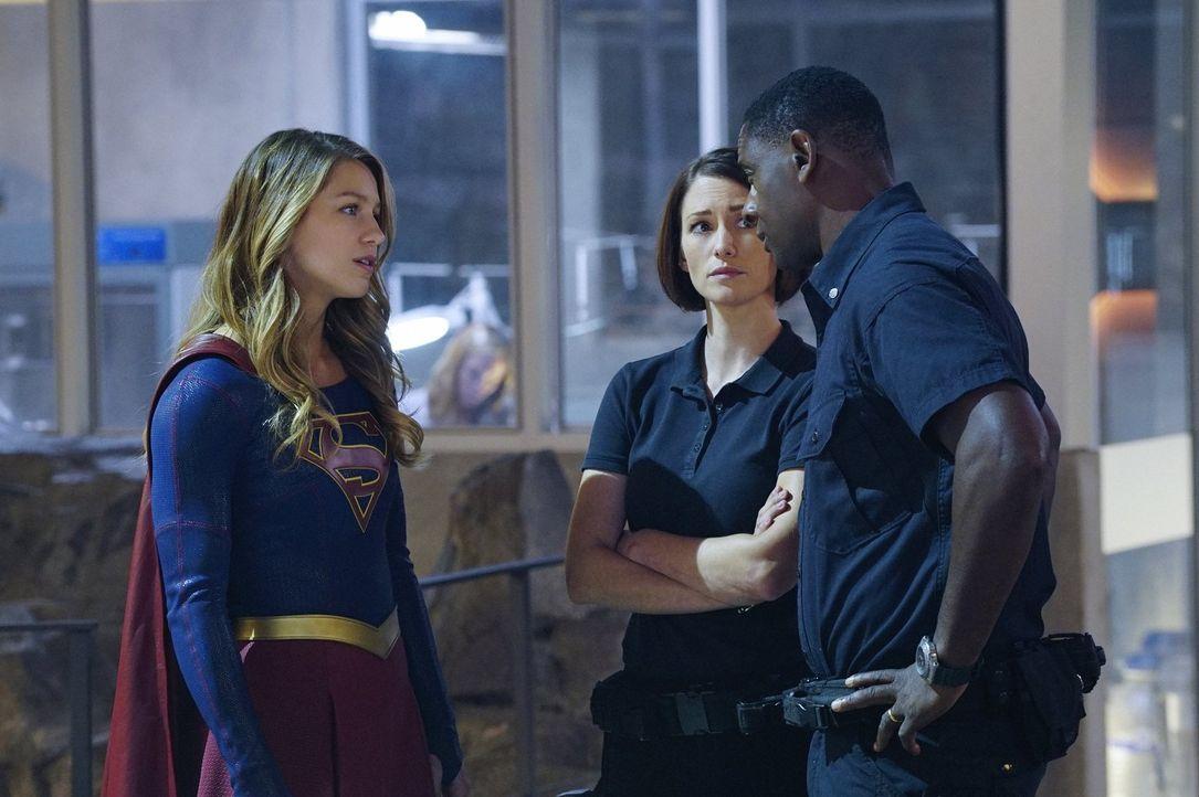Hank (David Harewood, r.) verlangt von Kara (Melissa Benoist, l.) sich aus der Angelegenheit mit ihrer Tante Astra herauszuhalten und auch Alex (Chy... - Bildquelle: 2015 Warner Bros. Entertainment, Inc.