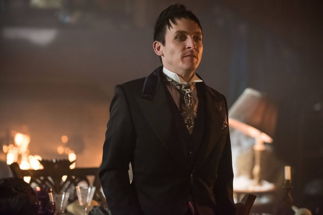 Als Penguin (Robin Lord Taylor) erfährt, dass Azrael der Mörder seiner Mutter ist, schwört er Rache, während Bruce und Selina in Arkham einbrechen w... - Bildquelle: Warner Brothers