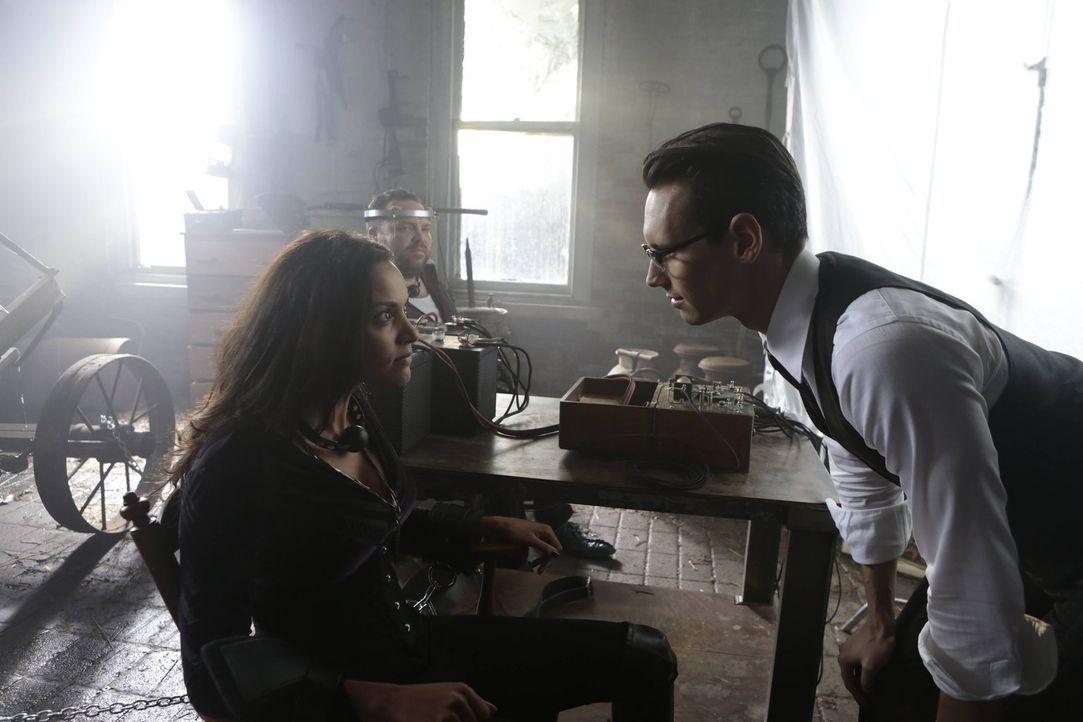 Edward Nygma (Cory Michael Smith, r.) entführt Butch (Drew Powell, M.) und Tabitha (Jessica Lucas, l.), um sich für Isabellas Tod zu rächen ... - Bildquelle: Warner Brothers