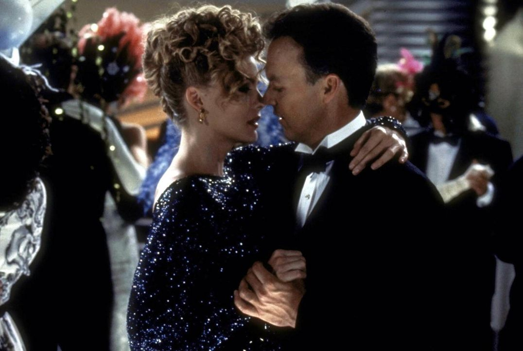Bruce Wayne (Michael Keaton, r.) ist von der attraktiven Selena Kyle (Michelle Pfeiffer, l.) sichtlich angetan. Er ahnt nicht, dass sie, wie er selb... - Bildquelle: Warner Bros.