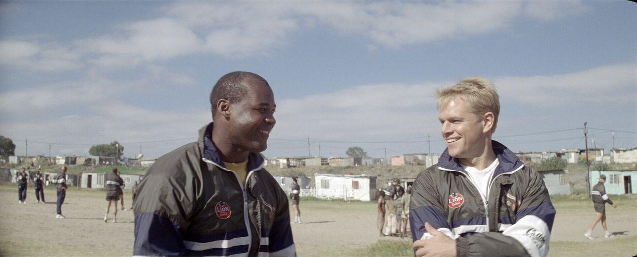 Viele im Umfeld Mandelas zweifeln daran, dass der Sport 50 Jahre Rassentrennung überwinden kann, weil mit einer Ausnahme nur weiße Spieler (Matt Dam... - Bildquelle: Warner Bros.