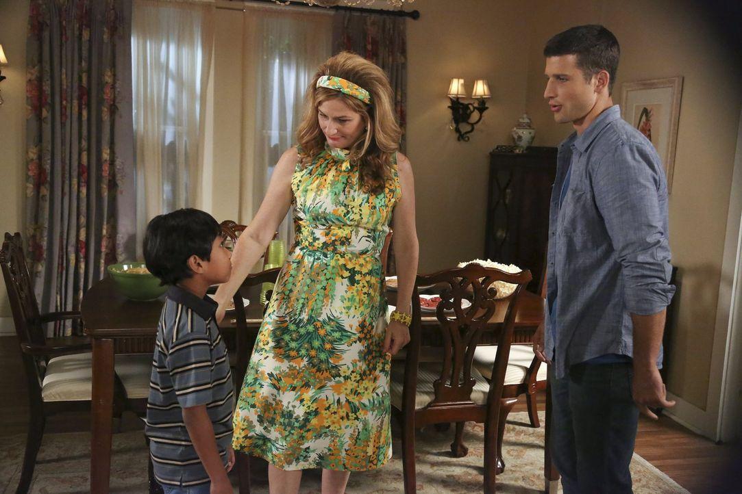 Sheila (Ana Gasteyer, M.) freut sich, Ryan (Parker Young, r.) und Victor (Bryson Barretto, l.) miteinander bekannt zu machen ... - Bildquelle: Warner Brothers