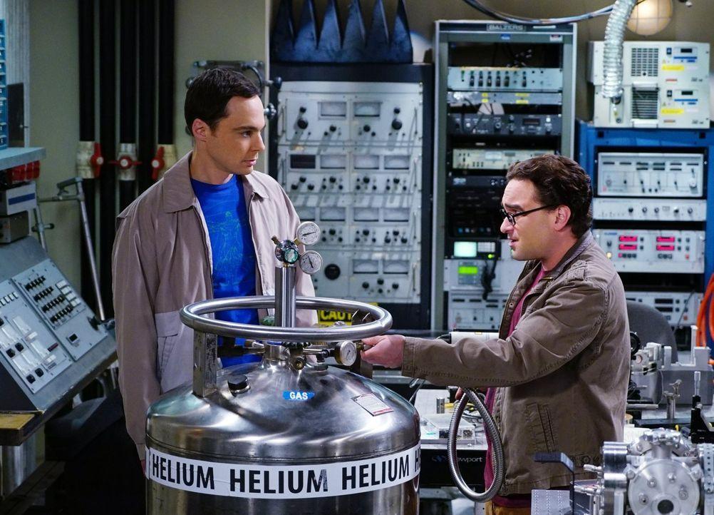 Damit sie ihre Superfluid-Helium-Idee vorantreiben können, scheuen sich Sheldon (Jim Parsons, l.) und Leonard (Johnny Gelecki, r.) auch nicht vor ni... - Bildquelle: 2015 Warner Brothers