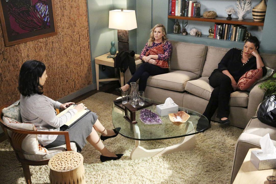 Die Therapeutin Dr. Dawson (Rose Abdoo, l.) empfiehlt 30 Tage ohne Sex, Nähe und Gespräche! Ob Callie (Sara Ramirez, r.) und Arizona (Jessica Capsha... - Bildquelle: ABC Studios