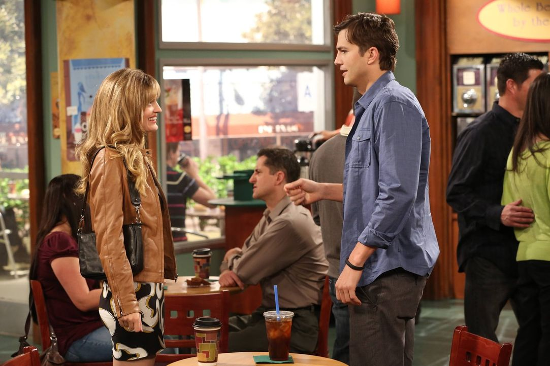 Walden (Ashton Kutcher, r.) ist am Valentinstag traurig, Single zu sein, und bittet Kate (Brooke D'Orsay, l.) um eine zweite Chance. Die hat jedoch... - Bildquelle: Warner Brothers Entertainment Inc.