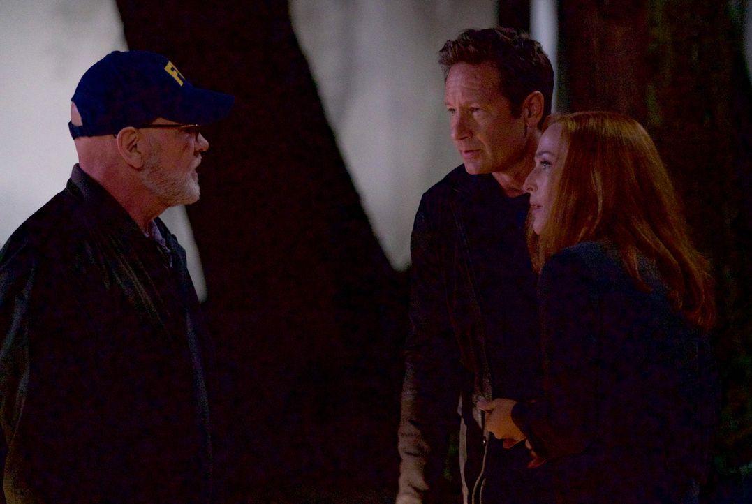 Skinner (Mitch Pileggi, l.) eröffnet Mulder (David Duchovny, M.) und Scully (Gillian Anderson, r.) einige erstaunliche Dinge über die X-Akten, nachd... - Bildquelle: Shane Harvey 2017 Fox and its related entities.  All rights reserved.