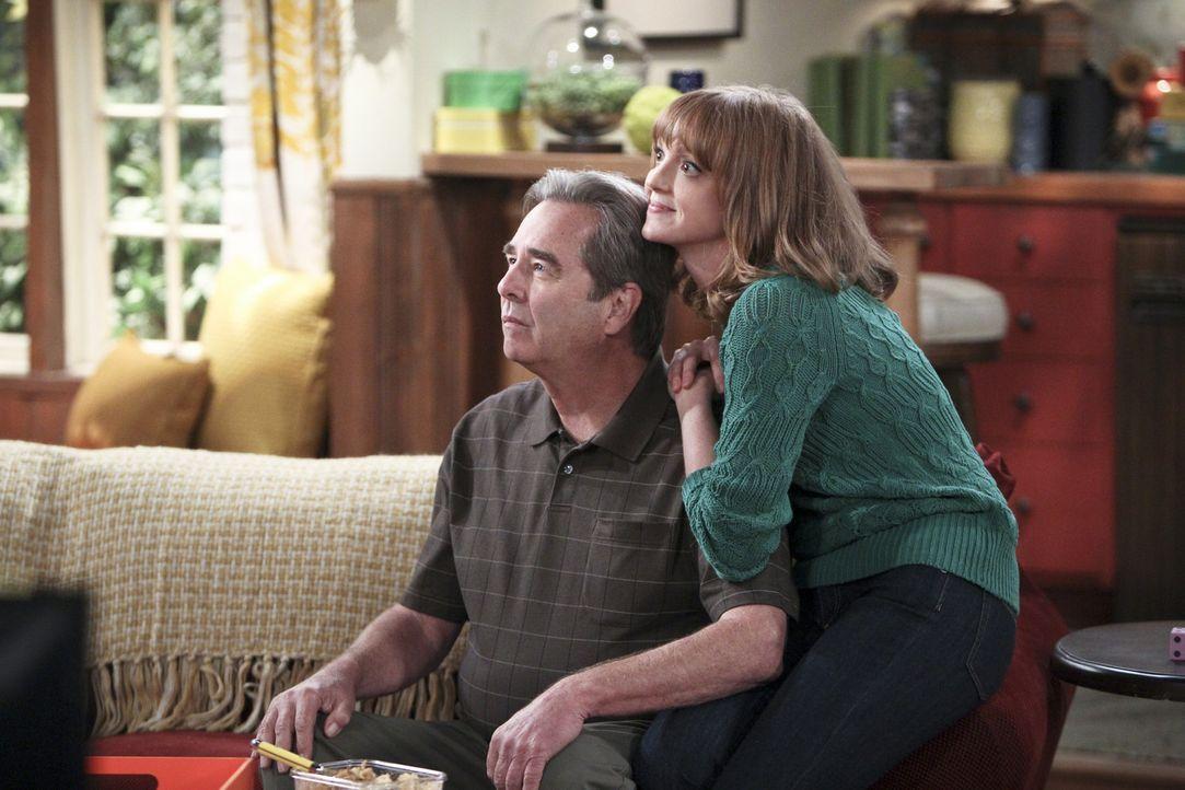 Das darf doch nicht wahr sein: Aus einem ganz bestimmten Grund hat Tom (Beau Bridges, l.) seine Tochter Debbie (Jayma Mays, r.) lieber als seinen So... - Bildquelle: 2013 CBS Broadcasting, Inc. All Rights Reserved.