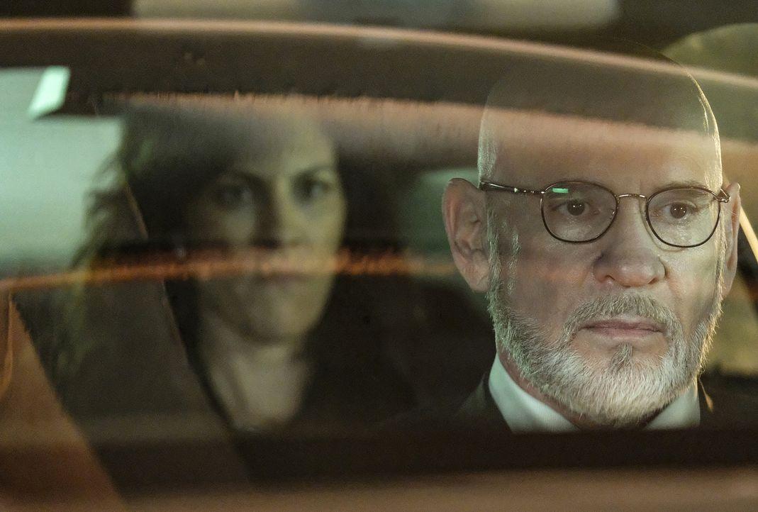Als sich Scully auf Grund ihrer Vision selbst auf die Suche nach ihrem Sohn macht, statten Monica (Annabeth Gish, l.) und der Krebskandidat Skinner... - Bildquelle: Robert Falconer 2017 Fox and its related entities.  All rights reserved.