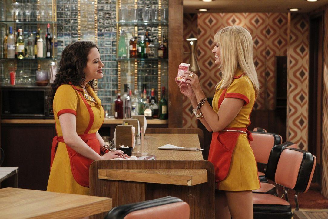 Schon bald steht der Valentinstag vor der Tür und Caroline (Beth Behrs, r.) und kann es nicht erwarten: Wird sie, in Anbetracht dieses festlichen T... - Bildquelle: Warner Brothers