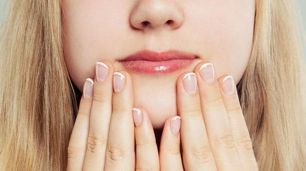 Der All-time Klassiker: Die French Nails – aber für kurze Nägel.