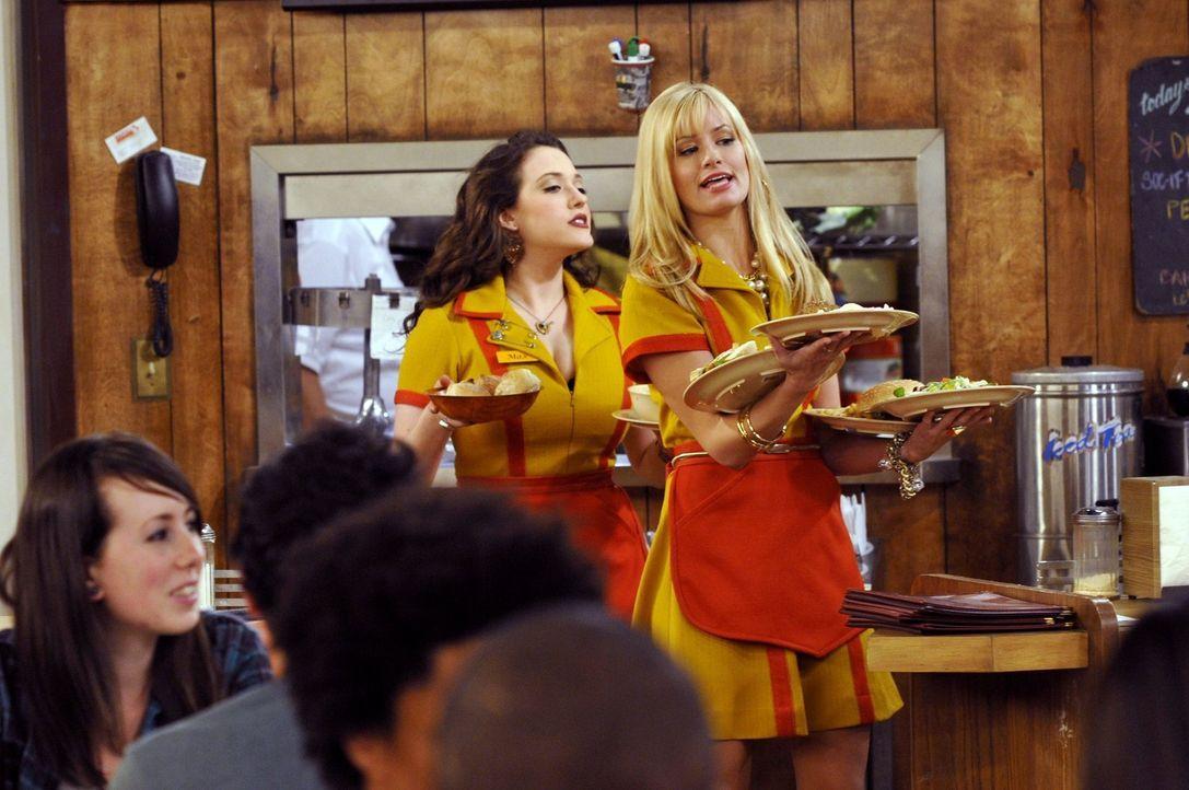 Ein gemeinsamer Feind verbindet: Die Kellnerinnen Max (Kat Dennings, l.) und Caroline (Beth Behrs, r.) schweißt die Arbeit im Wiliamsburg Diner unt... - Bildquelle: Warner Brothers