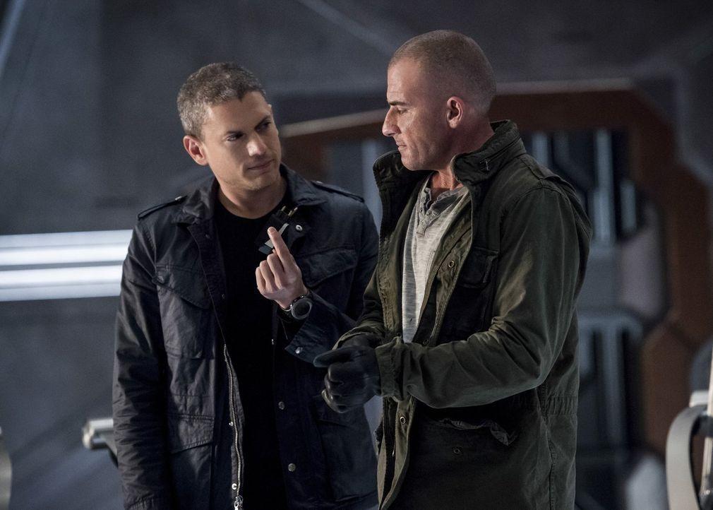 Snart alias Captain Cold (Wentworth Miller, l.) und Mick alias Heat Wave (Dominic Purcell, r.) wollen zurück nach Central City, um dort einen wertvo... - Bildquelle: 2015 Warner Bros.