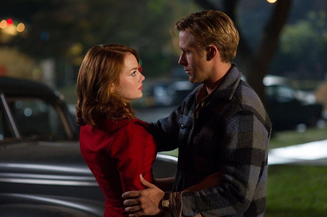 Als sich Jerry Wooters (Ryan Gosling, r.) in Grace Faraday (Emma Stone, l.), der Geliebten von Mafiaboss Mickey Cohen verliebt, nimmt dieser das nic... - Bildquelle: Warner Brothers